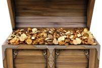12769692-vecchia-cassa-di-legno-con-le-monete-d-39-oro-isolato-su-uno-sfondo-bianco